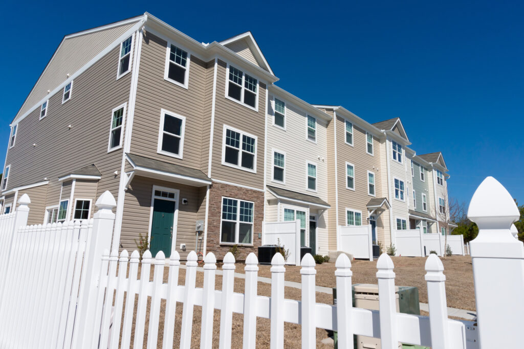 A row of newly build townhouses with vinyl siding